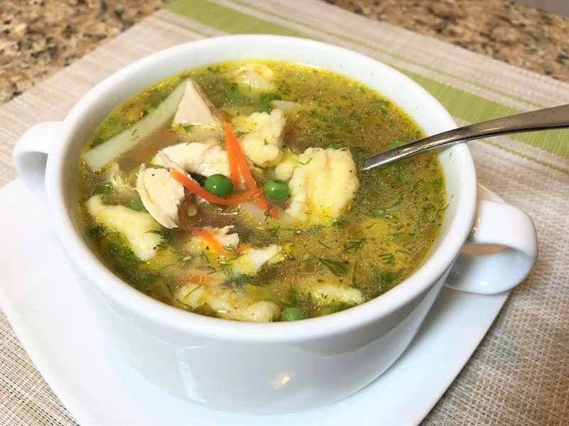 Куриный суп с зелёным горошком и сырными клёцками