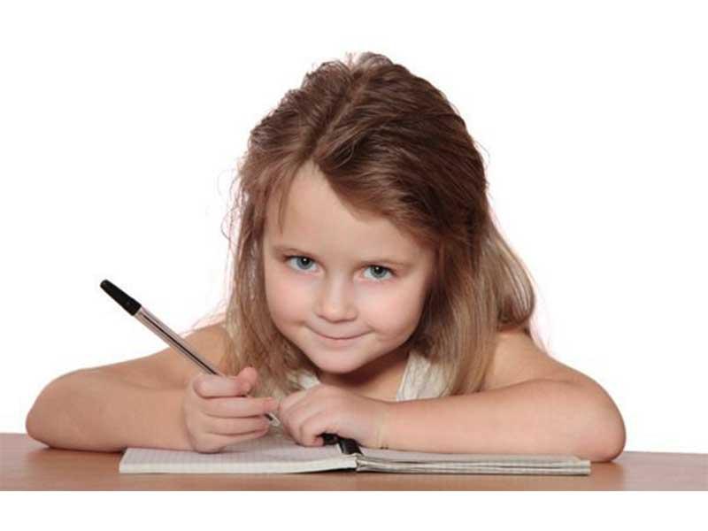 Девочка пишет письмо