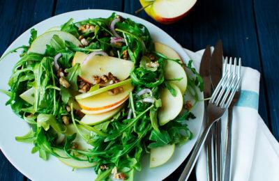 Салат «Вдохновение» с рукколой,  яблоком и орехами