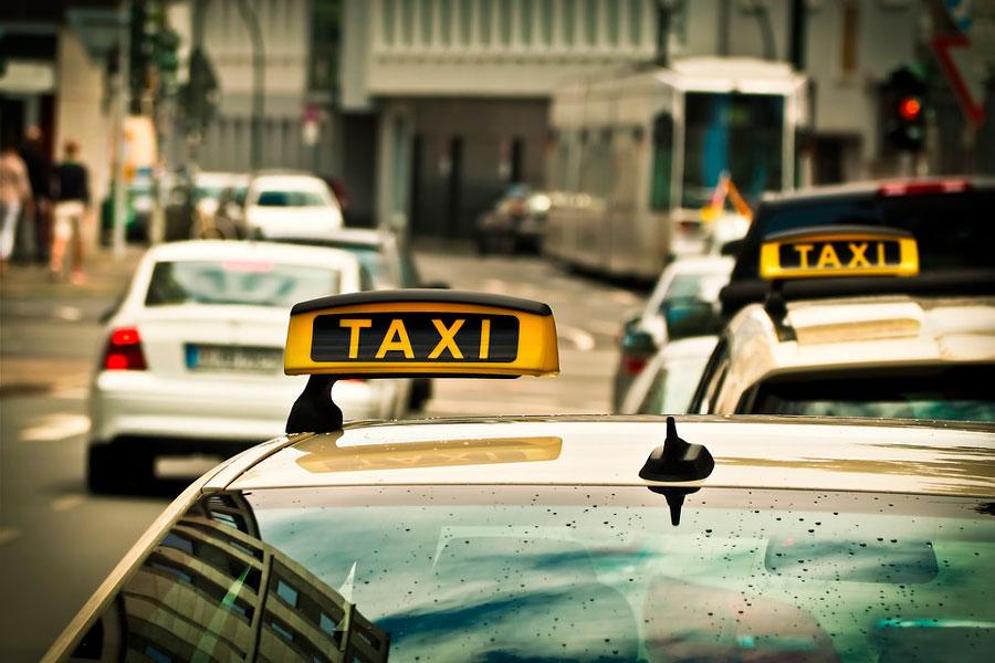 «Я вчера вызвала такси, и за мной приехал не просто водитель…»