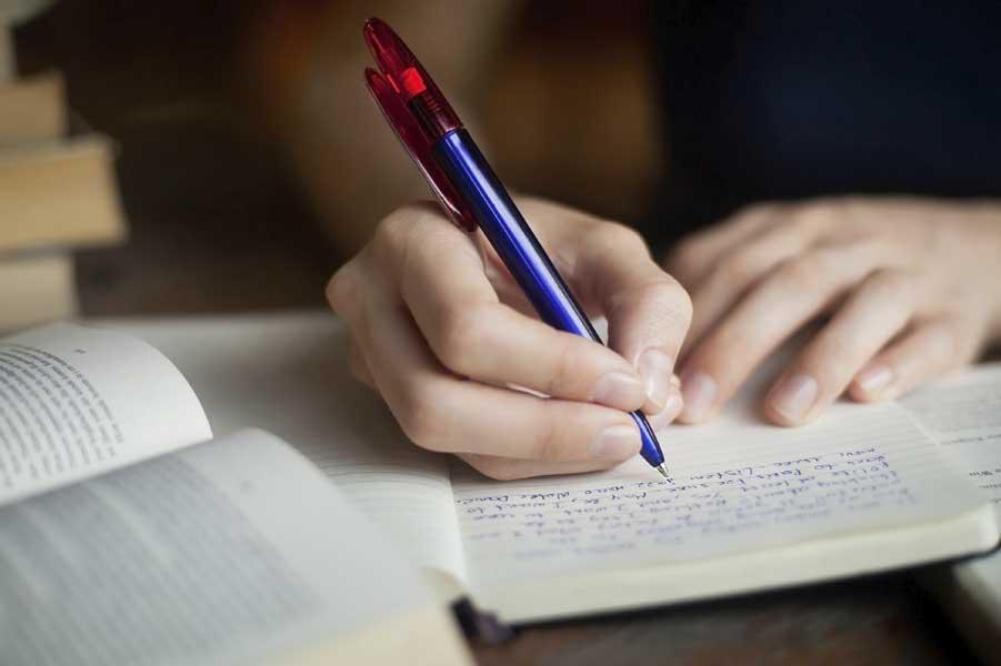Пишет письмо ручкой